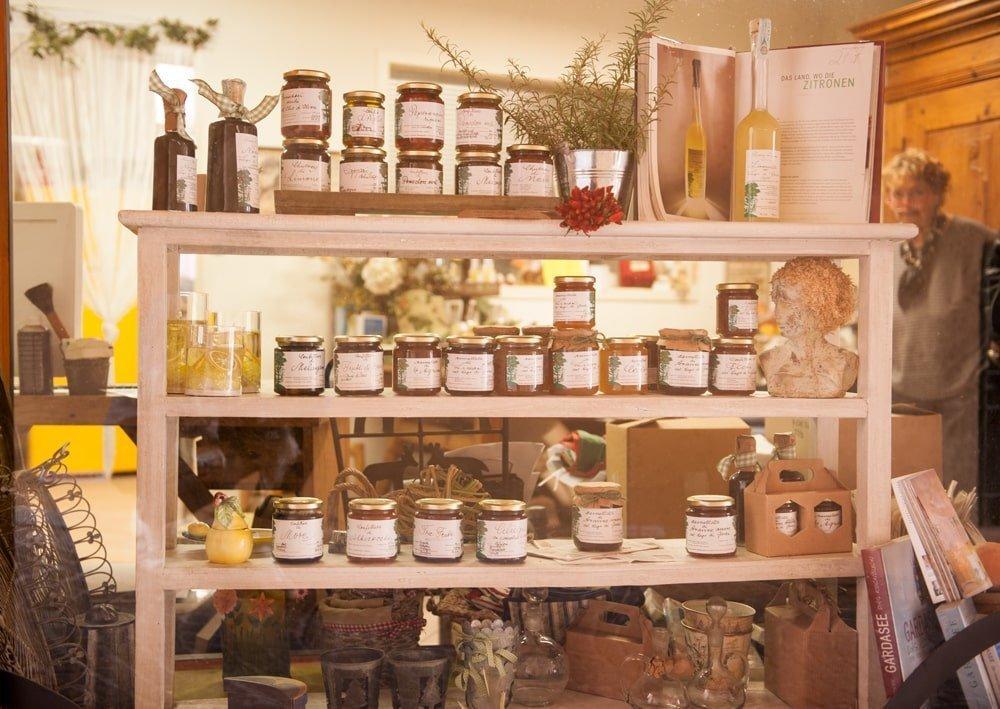 Sulla destra la signora Karin Steinbacher e in centro la vetrina dei suoi prodotti artigianali
