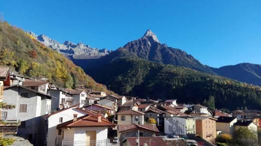 Paesaggio di Paspardo immerso tra le alte montagne e gli alberi verdi