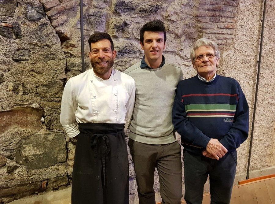 A sinistra lo chef Roberto Abbadati, in centro il fondatore di Bbuono Mattia Apostoli, a destra il fondatore di slow food e presidente di cucina bresciana Marino Marini