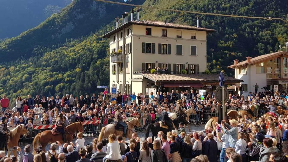 Sfilata cavalli in piazza a Bagolino