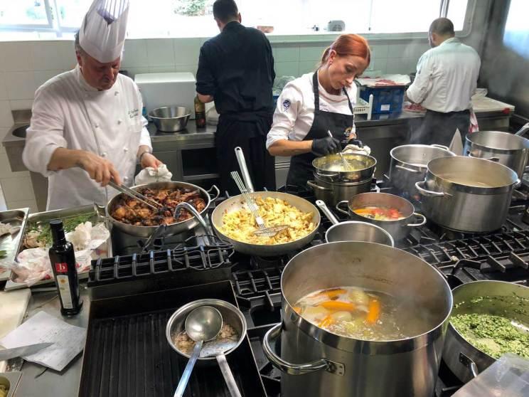 Preparazione dei piatti al laboratorio gastronomico organizzato da Attivaree