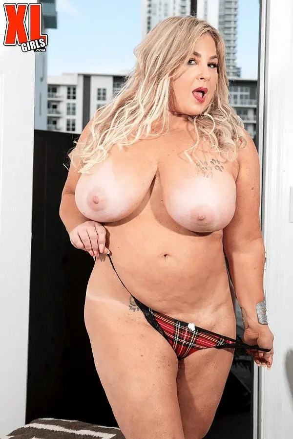 Busty Mature MILF BBW Amanda Remington big juggs