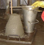 Her kontrolleres sætmål.Sætmålet er et udtryk for fugtigheden i betonen og er lig med værdien som betonen synker i forhold til stålkeglen.