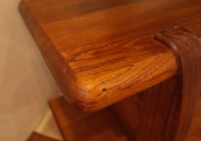 天板の厚さ4㎝。角が丸くなっているので、ぶつけても痛くない。