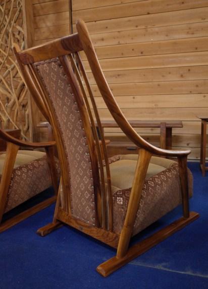 うしろ姿もきれいなくつろぎ工芸和椅子。