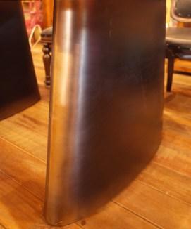 厚さ約11㎝の台形の鉄脚。