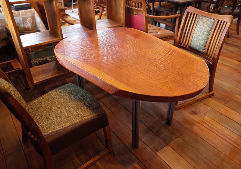 ケヤキ彫刻テーブル。