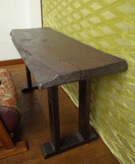 文机はクリのテーブル。うずくり仕上げの杢目を感じる机です。