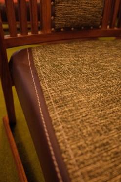 座はグリーンのムジ布。サイドは濃茶のレザー。シックな組み合わせ。