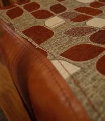 モダン柄の布とレザーの組合せ。