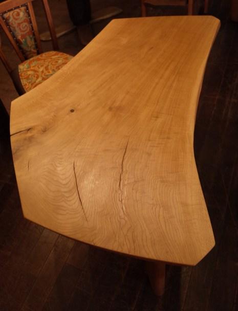 いびつなカタチのテーブルです。