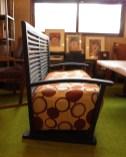 背が立っているので、椅子の奥行きが70㎝で深くない。