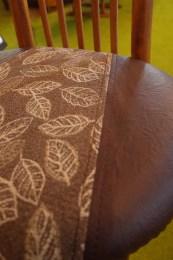 張地は茶系葉っぱ柄と、アンティーク調のレザー。