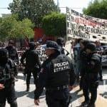 Entre protestas de maestros reciben a Emilio Chuayffet en La Paz