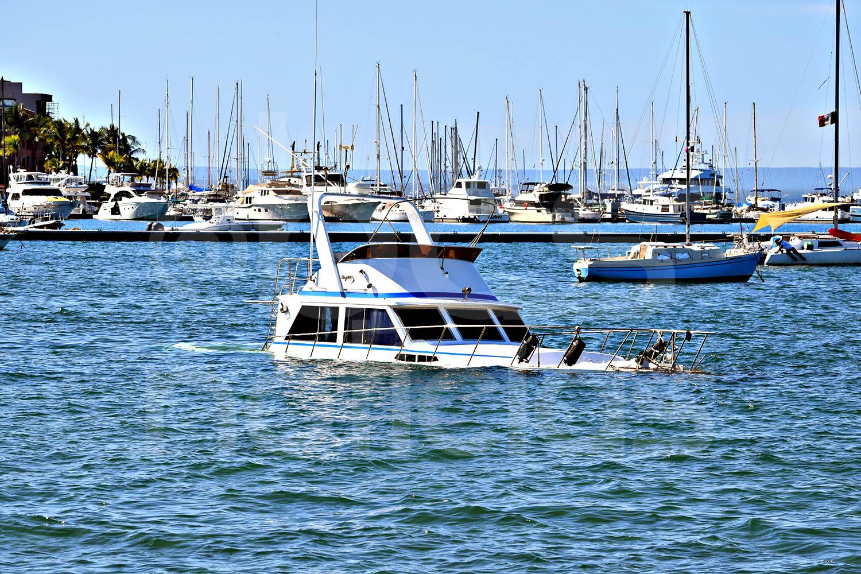Embarcación se hunde y causa sorpresa, en el malecón de La Paz, este miércoles