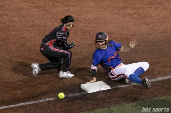 Chicago Bandits outfielder Danielle Zymkowitz (7) is safe at third base.