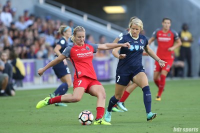 Portland Thorns FC midfielder Lindsey Horan (7) sends the ball across