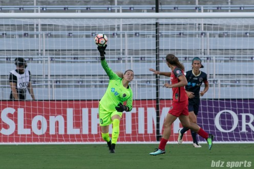 North Carolina Courage goalkeeper Katelyn Rowland (0) throws the ball to a teammate