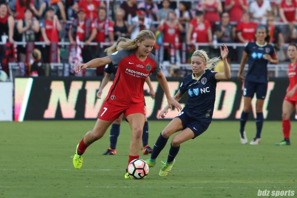 Portland Thorns FC midfielder Lindsey Horan (7) dribbles the ball in the midfield