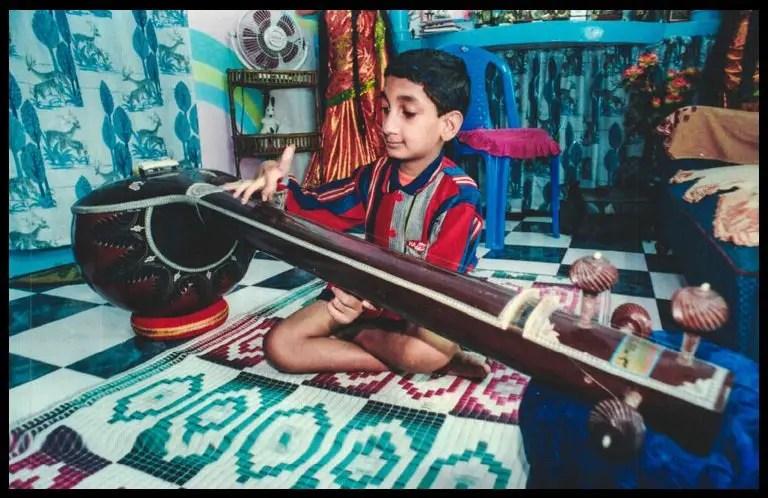 Sai-Kaustuv-Dasgupta-in-his-childhood-playing-Sitar-Be-An-Inspirer