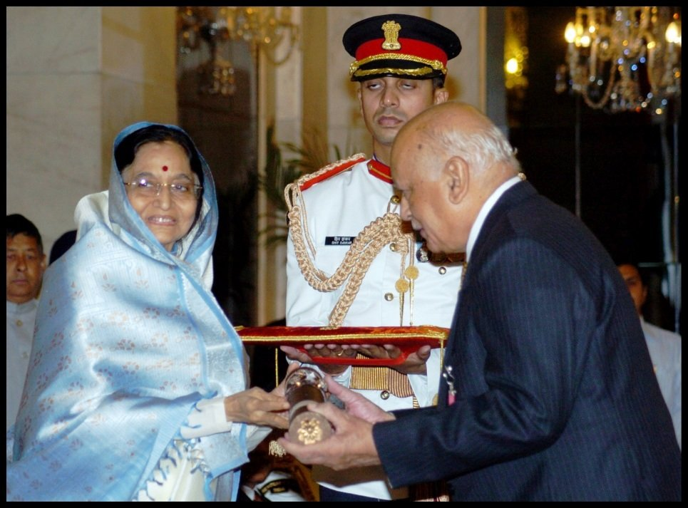 Adarsh-Sein-Anand-receiving-Padma-Vibhushan-from-12th-President-of-India-Pratibha-Patil-Be-An-Inspirer