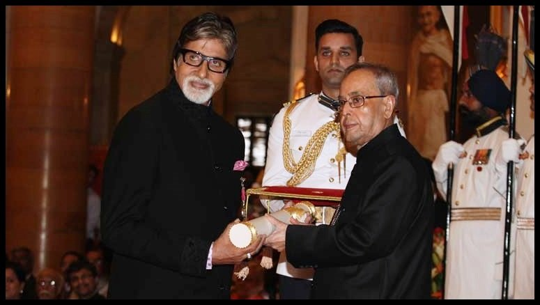 Amitabh Bachchan receiving the Padma Vibhushan award from President Pranab Mukherjee in 2015