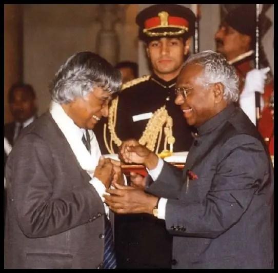 Dr. A. P. J. Abdul Kalam receiving Bharat Ratna from 10th President of India, K. R. Narayanan