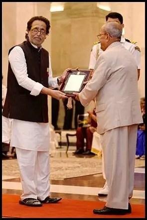 Hridaynath-Mangeshkar-Receiving-Sangeet-Natak-Akademi-Fellowship-and-Awards-from-13th-President-of-India-Pranab-Mukherjee-Be-An-Inspirer