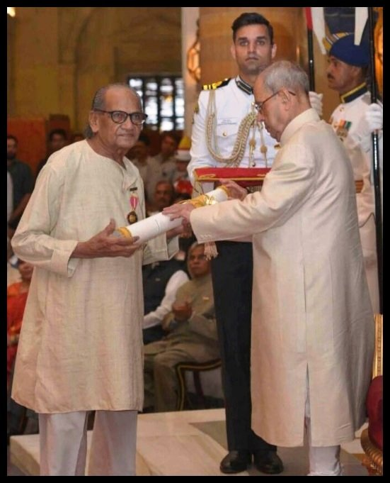 Ram-V-Sutar-receiving-Padma-Bhushan-Award-from-Pranab-Mukherjee-the-13-th-President-of-India-in-2016-Be-An-Inspirer