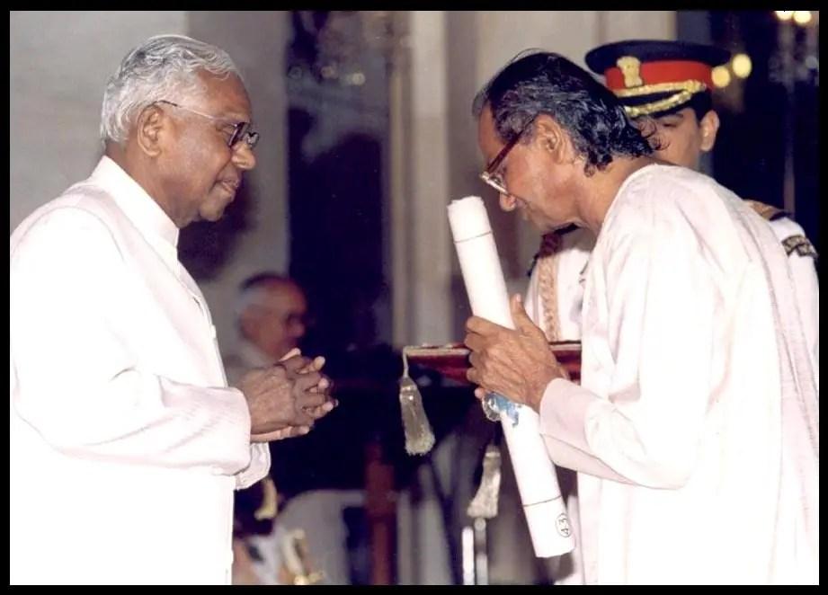 Ram-Vanji-Sutar-receiving-Padma-Shri-Award-from-K-R-Narayanan-the-10th-President-of-India-in-1999-Be-An-Inspirer