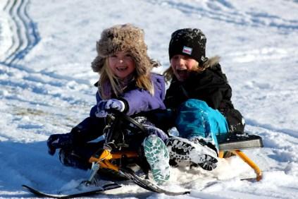2012_39 - Molly och kompis åker snowracer