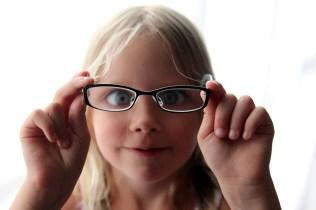 2012_87 - Molly spexar med glasögonen