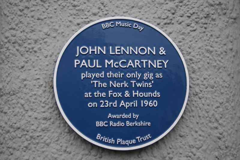 Blue plaque commemorating Lennon and McCartney's performances at the Fox And Hounds, Caversham
