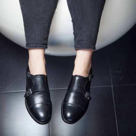 Zapato negro de dos hebillas para mujer June Black hecho a mano en España por Beatnik Shoes