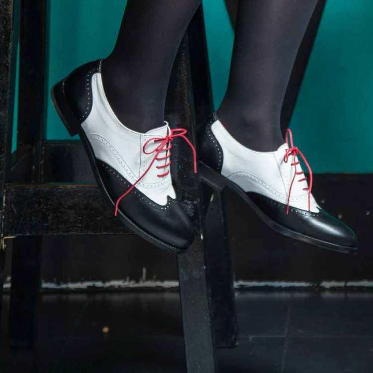Zapato bajo de cordones Oxford de mujer bicolor blanco y negro Lena BW por Beatnik Shoes