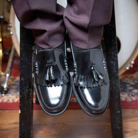 Mocasines negros con borlas de hombre Ginsberg hechos a mano en España por Beatnik Shoes