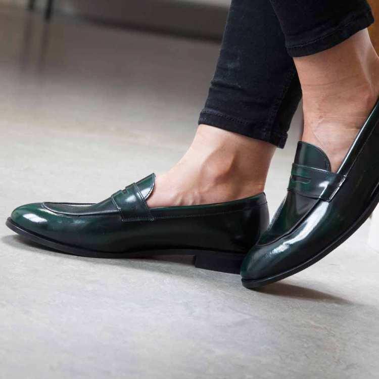 Mocasines castellanos en piel verde para mujer Irma Green hechos a mano por Beatnik Shoes por Beatnik Shoes