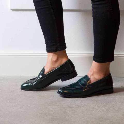 Mocasines en piel verde para mujer Irma Green hechos a mano por Beatnik Shoes