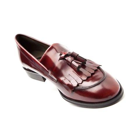 Zapato estilo castellano rojo de mujer Hecho a mano en España en piel genuina