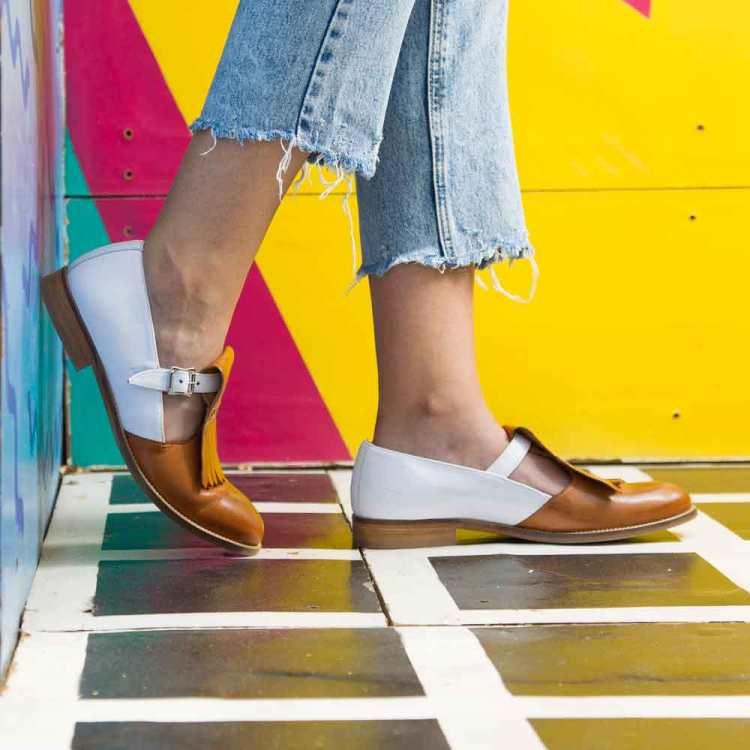 Zapato Monk de hebillas bicolor para mujer Brenda Brown and White hecho a mano en España por Beatnik Shoes