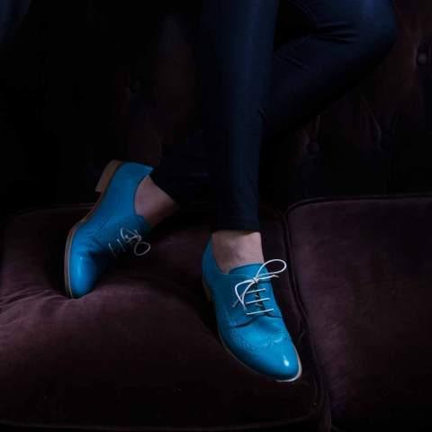 Zapato Blucher de cordones en piel azul para mujer Ethel Aqua hecho a mano en España por Beatnik Shoes