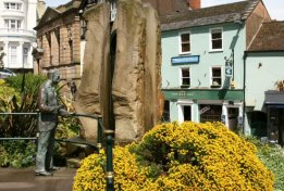 Bronze statue of Sir Edward Elgar and Enigma Fountain, with his favourite Bluebird Tea Rooms, Great Malvern