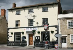 Vale Hotel and Jubilee Clock, High Street, Cricklade