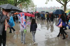 Visitors, rainy Southbank, Queen's Diamond Jubilee, Thames Pageant