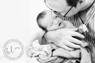 lifestyle-newborn-baby-dad-black-white-beautifullittlemoments