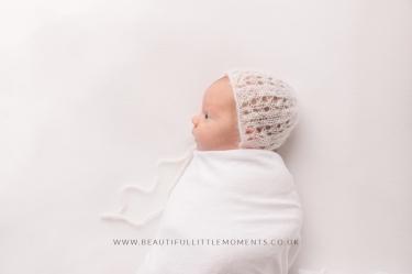 newborn-timeless-whote--bonnet-beautiful-photo-epsom-surrey
