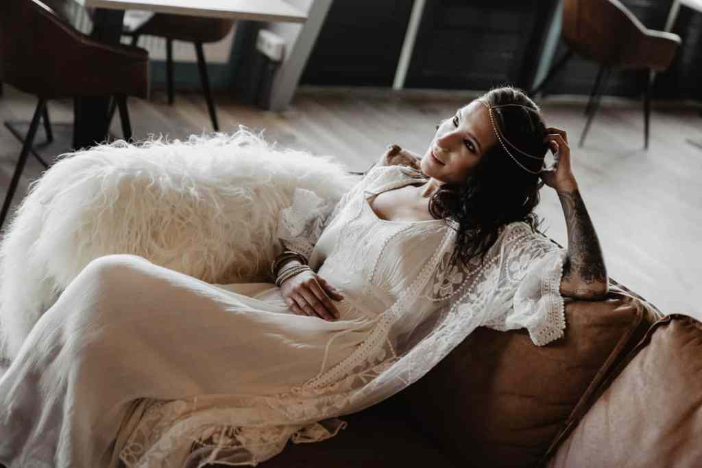 BEAUTIFUL MORNING Boho-bruid-1-1024x684 ulianakochneva styled bohemian wedding shoot style depot strandclub zwoel make-up doorlana busje bloemen bluebird rotterdam