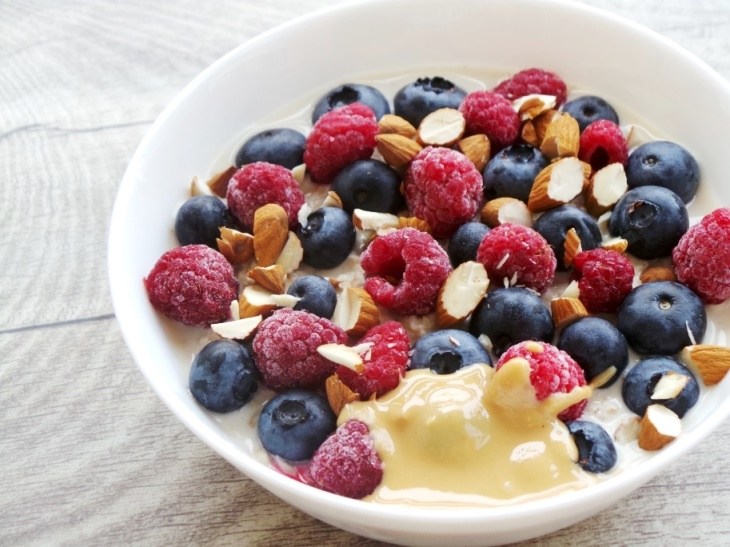 Vegan overnight oats with peanut butter, berries and chia seeds! This is a delicious easy healthy breakfast that you can make in about 5 minutes the day ahead and take on the go! Overnight oats are also a great pre- and post-workout meal, so great if you're doing your workouts in the morning!