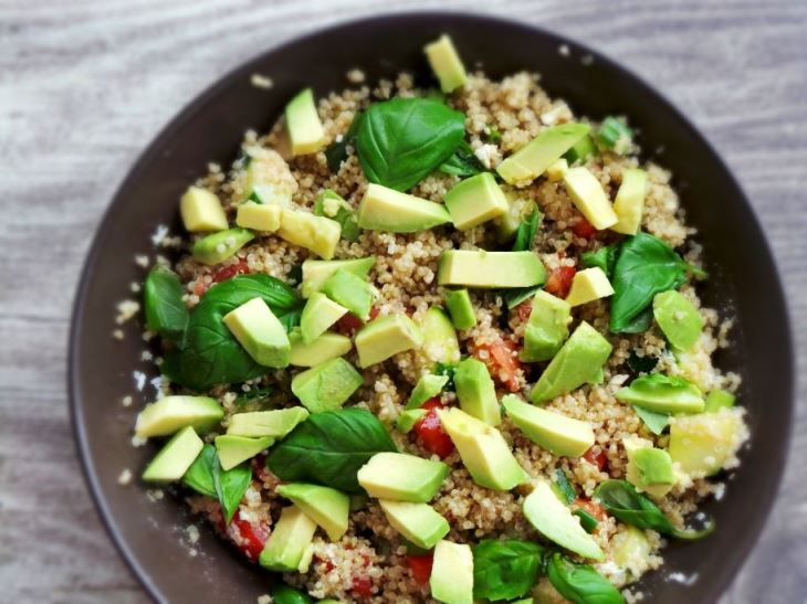 Avocado quinoa salad recipe! A healthy salad you to enjoy all summer! Full of antioxidants and simply delicious!