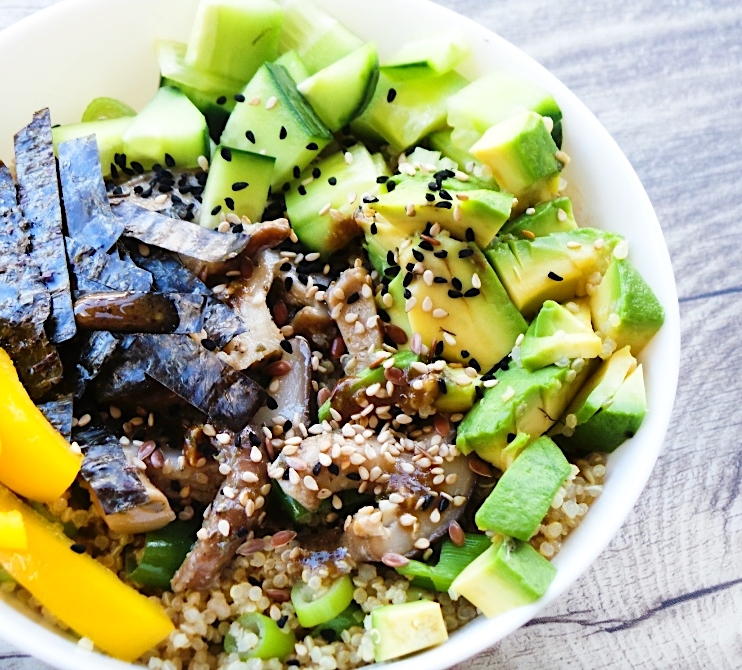 Vegan quinoa sushi bowl. This is an easy healthy vegan quinoa recipe that tastes like sushi -great for lunch! This healthy bowl is gluten-free, light and super tasty. And very quick to make! #lunch #quinoa